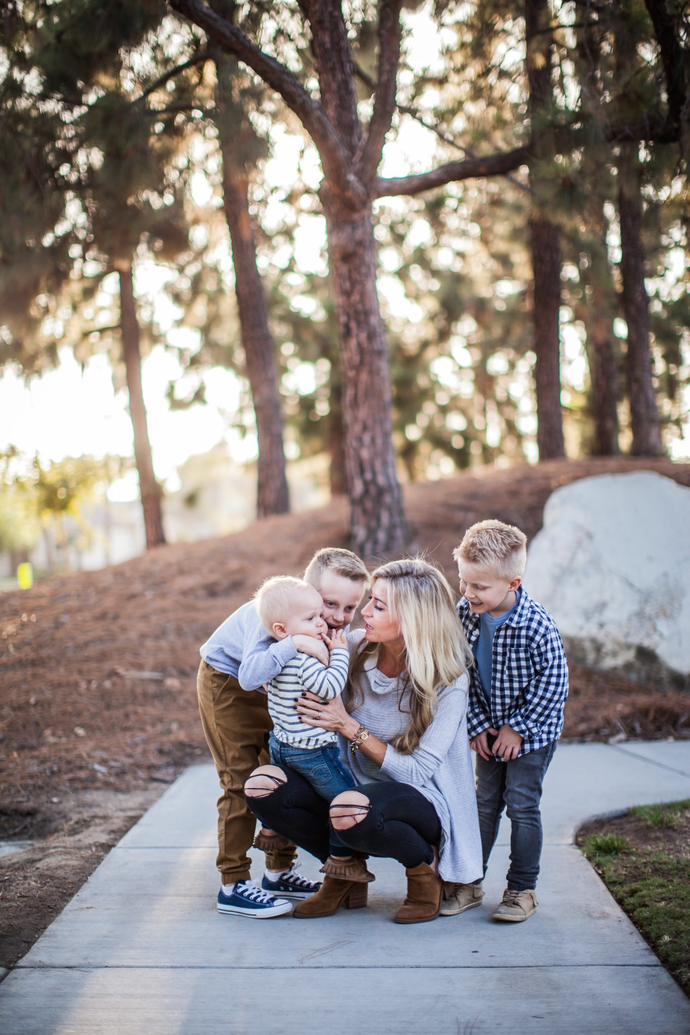 A FEW SIMPLE TRICKS FOR TAKING FAMILY PICTURES WITH KIDS