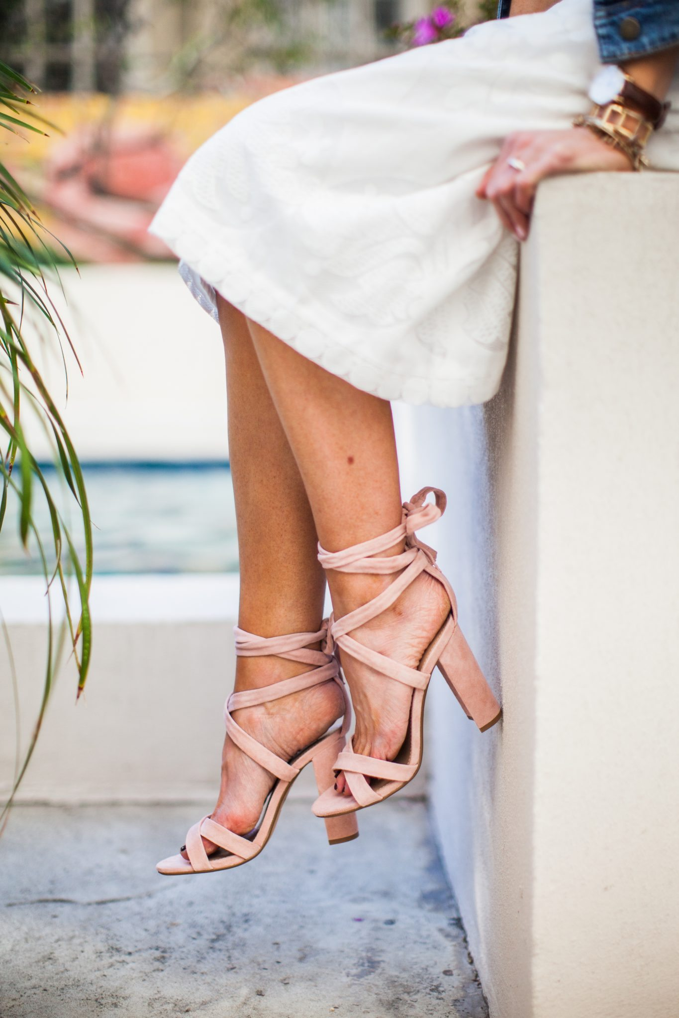 All white look + denim jacket + pink sandals